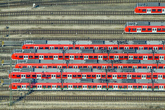 Ready, Steady, Go! (Aerial Photography) Tags: lines by münchen traffic aerial parallels sbahn verkehr deu luftbild luftaufnahme linien bayernbavaria deutschlandgermany parallelen 08042003 railwaytraffic bahnverkehr fotoklausleidorfwwwleidorfde s2p08748