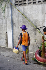 Purple hat-2126 (André Scherpenberg-Dedsharp Photography) Tags: boy holiday hat purple philippines strawhat sariaya tsinelas filipijnen agawan philippines2016