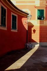 Aspettando un'altra corsa (meghimeg) Tags: 2016 santamargheritaligure bici bicicletta bike finestre windows vicolo alley lampione lamp ombra shadow sole sun