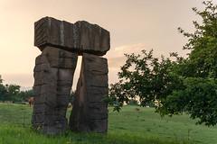 Von Kunst und Khen ... (thunderbird-72) Tags: france abendstimmung frankreich khe lorraine lothringen skulptur nikond7100 steineandergrenze abend sommer afsdxnikkor35mmf18g launstroff alsacechampagneardennelorrain alsacechampagneardennelorraine fr