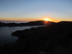 """Lac Titicaca: coucher du soleil sur l'Isla del Sol à 4010m d'altitude <a style=""""margin-left:10px; font-size:0.8em;"""" href=""""http://www.flickr.com/photos/127723101@N04/28316382800/"""" target=""""_blank"""">@flickr</a>"""