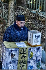 (ironde) Tags: blue japan azul temple jon asia hand monk mano shinto astrology templo monje palmreading palmistry sinto japn shintoism astrologer fushimiinaritaisha  errazkin astrologa sintoismo palmista astrologo palmists nikond7000 ironde seleelapalma