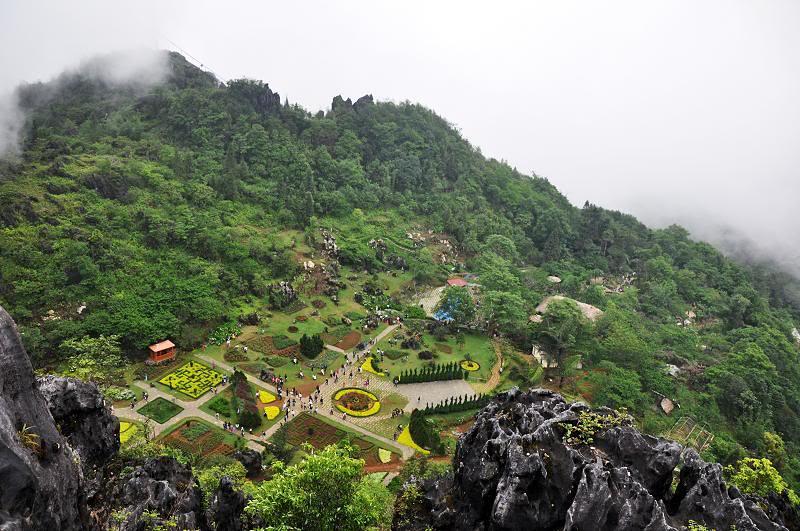 Vườn hoa mang tên Châu Âu nằm giữa khu vực chính của khu du lịch sinh thái núi Hàm Rồng