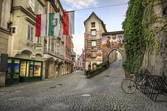 160520_193950_CB_9817 (aud.watson) Tags: europe austria steyr ennsriver steyrriver oldcity citygate coatofarms alley flag