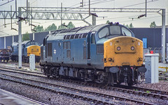 37244 & 37214 Nuneaton 9th Oct 1988 (Mr Bushy) Tags: blue tractor br 1988 westmidlands britishrail ee warwickshire growler syphon nuneaton lmr englishelectric lnwr class37 wcml brblue trentvalley londonnorthwesternrailway vulcanfoundry 25kv railblue londonmidlandregion eetype3 footex bullheadrail nuneatontrentvalley westernaclines