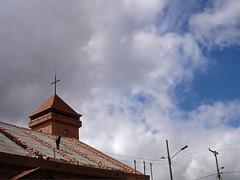 No. 1111 - 23 de mayo/16 (s_manrique) Tags: postes iglesia cielo nubes hombretrabajando