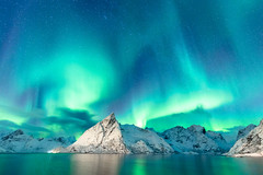 2016 | Lights (etomsen) Tags: ocean schnee winter sea sky mountain snow mountains colour berg norway tom landscape lowlight meer europa europe availablelight norwegen himmel wideangle berge landschaft farbe lofoten northernlights auroraborealis polarlights langzeitbelichtung lofotenislands longtimeexposure weitwinkel engelhardt nordlicht tomengelhardt