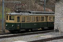 Triebwagen BDhe 109 der Wengernalpbahn WAB ( Baujahr 1957 => Zahnradbahn - Schmalspur 800mm => Hersteller SLM Nr. 4265 ) am Bahnhof Lauterbrunnen im Berner Oberland im Kanton Bern der Schweiz (chrchr_75) Tags: train de tren schweiz switzerland suisse swiss eisenbahn railway zug april locomotive cogwheel christoph svizzera bahn zahnrad treno schweizer chemin centralstation fer locomotora tog crmaillre juna lokomotive lok ferrovia bergbahn cremallera spoorweg suissa 2015 zahnradbahn locomotiva lokomotiv ferroviaria  locomotief chrigu  rautatie  mountaintrain bahnen zoug trainen  chrchr hurni chrchr75 chriguhurni albumbahnenderschweiz chriguhurnibluemailch albumbahnenderschweiz201516 albumzzz201504april