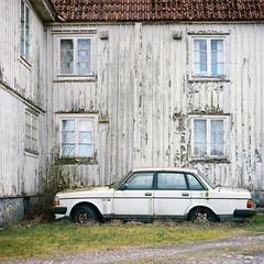 Volvo - Kodak Porta 400NC exp* (magnus.joensson) Tags: car zeiss volvo kodak sweden 100mm smland hasselblad porta cf 240 planar exp 500cm f35 400nc bergkvarna