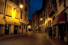 (www.tokil.it) Tags: udine italia italy citt city urban notte night imbrunire nightfall centro center luci lights caff cielo sky blu blue giallo yellow via street notturno nocturn