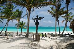 El Paraiso, dnde si no? (Juan Ig. Llana) Tags: mxico mar tulum playa palmeras escultura yucatn rivieramaya cabaas caribe quintanaroo hamacas angeldelbienydelmal