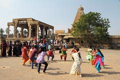 Danse devant le temple (Chemose) Tags: india architecture canon temple eos dance dancing january danse 7d thanjavur hindu hinduism janvier tamilnadu troop inde southindia troupe dravidian tanjore hindouisme danseur danseuse hindou indedusud dravidien