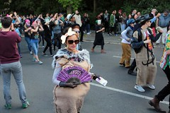 20. Karneval der Kulturen (bsdphoto) Tags: berlin kreuzberg deutschland natur pflanzen parade bume deu umzug sonnenschein publikum calaca hasenheide karnevalderkulturen zuschauer karawane strase karnevalsumzug korruption strasenumzug schmiergeld