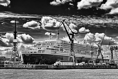 Queen Mary 2 docked (T.Seifer) Tags: blackandwhite bw clouds port germany mono blackwhite dock nikon harbour hamburg wolken hafen queenmary2 elbe whiteandblack schwarzweis