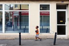 "177/366 (serie ""frame/cadre"") (Kairos !) Tags: street urban streetphotography frame cadre streetphotographer 366 streetwalk conceptualimage 366days conceptphotos project366 fujixt10"