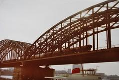 KÖLN - Cologne 1977 (streamer020nl) Tags: keulen cologne köln 1977 train trein zug bridge brücke hohenzollernbrücke rhein rhine rijn spoorwegbrug germany