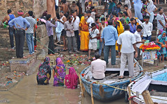 Benarés. A orillas del río Ganges (MaríaXe) Tags: india río asia viajes barcas ganges benarés