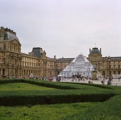 JR au Louvre (Max Sat) Tags: paris france green 120 6x6 museum mediumformat fuji pyramid kodak louvre cosina voigtlander bessa jr vert ciel 667 75001 portra pyramide 670 heliar portra400 voigtlander musee maxsat bessaiii fujigf670 maxwellsaturnin