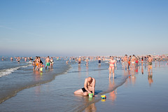 (Peter de Krom) Tags: badgasten emmertje heet hitte hoekvanholland hvh kind kust man nederland spelen strand strandleven vader vakantie verveelt vervelen warm warmstedag warmte water zee zomer sea playing kid toys beach holiday summer bored sad lonely