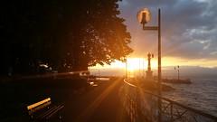 coucher de soleil sur le phare d'Evian