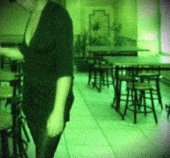 Vision nocturne (photophil16) Tags: bar table noir mini vert tabac jupe chaise salope dcollet