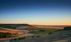 Sunset over Uruea (I)/Aterdecer sobre Uruea (I) (Modesto Vega) Tags: sunset plane landscape atardecer nikon outdoor sprinkler fullframe avion uruea aspersores camposdecastilla nikond600 esteladeavion planewake fieldsofcastille