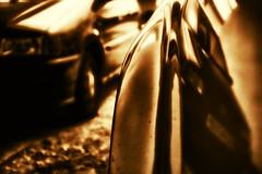 golden reflections (camerito) Tags: cars golden flickr wing fender autos j4 reflexionen mirroring spiegelungen mudguard reflextions kotflgel nikon1 camerito