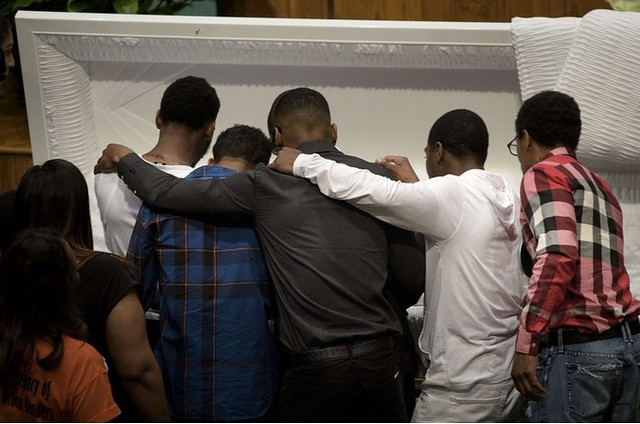 Deudos presentan sus respetos junto al ataúd de Freddie Gray. (Brendan Smialowski / Agence France Press / Getty Images)