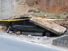 CARRO ESMAGADO: Susto na Rua Dona Emma no bairro gua Verde em #Blumenau. (JAIME BLUMENAU SC) Tags: carro blumenau acidente blogdojaime carroesmagado murocai murocaicarro