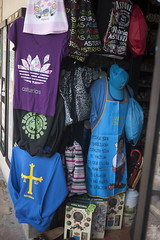 P1280943 (Jusotil_1943) Tags: camisetas morada cruz varios alfa omega visera paraguas mango