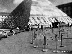 L'entre au muse (JEAN PAUL TALIMI) Tags: bw paris france texture monochrome statue solitude noir noiretblanc louvre jr iledefrance pyramide calme seul touristes personnages pyramidedulouvre talimi pyramidejr
