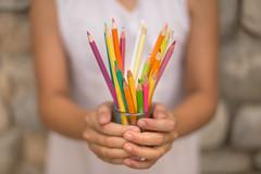 El olor de los lapices (Nathalie Le Bris) Tags: lapiz crayon pen couleur color hand main mano dof