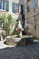 Sguret (Vaucluse) (Cletus Awreetus) Tags: france architecture pierre provence fontaine fentre faade bois vaucluse volet