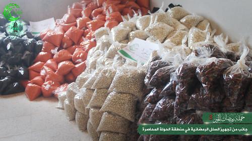تجهيز السلل الغذائبة لتوزيعها على أهلنا في الحولة المحاصرة