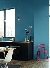 Alpina_Feine_Farben_No_13_Stolzer_Wellenreiter_hochauflsend (alpinafarben) Tags: farbfamilie blau alpina feine farben no13 solzer wellenreiter azurblau ultramarin graublau kche interieur mogern