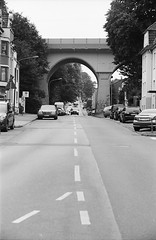 Aachen (Christian Gttner) Tags: auto street leica light blackandwhite bw film monochrome car analog 35mm germany deutschland licht town europa heaven outdoor streetphotography himmel aachen stadt bil architektur nrw sw analogue agfa tyskland horizont kamera umwelt niebo svartvitt euregio leicacl schwarzweis agfaapx niemcy czarnobiale strase schwarzweisfotografie ecodeveloper