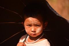 Myanmar (82) (jmoradecespedes) Tags: world life travel viaje boy people umbrella children young niños personas niña vida myanmar tribe niño paraguas mundo pobreza tribus birmania