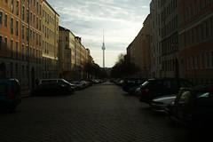 Duitsland  -  Berlijn  -  De Fernsehturm is een televisietoren (Sjim Geugjes) Tags: de fernsehturm is een televisietoren duitsland berlijn toren 368 meter hoog en daarmee het hoogste gebouw van stad staat bij alexanderplatz voormalig oostberlijn gebouwd tussen 1965 1969 met hulp zweedse ingenieurs