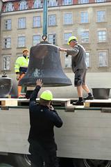 Klokkerne p Aarhus Rdhus tages ned, 20. juni 2016. Foto: Per Ryolf (perryolf) Tags: bells bms kran aarhus klokker mobilkran aarhusrdhus photoperryolf bmsmobilkraner tubalkaas