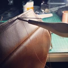 #กระเป๋า #เย็บมือ อัพเดทยามดึก ท่านประธานรอหน่อยนะคร้าบบบ #craftsmangus #leatherworkshop #nightshift #chestbag #handstitch #doublestitch