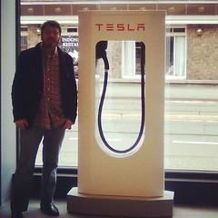 Supercargadores de Tesla. carga el 80% de la bateria en media hora, mientras te tomas un cafe o descansas un poco durante el viaje (Gajete) Tags: square squareformat rise iphoneography instagramapp uploaded:by=instagram