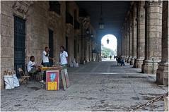 0673-MERCADILLO EN LOS SOPORTALES DE LA PLAZA DE ARMAS - LA HABANA - (-MARCO POLO-) Tags: arquitectura edificios ciudades rincones calles soportales