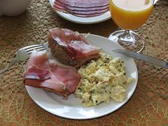 Schinken auf Mohn-Vollkornbrtchen zum Rhrei (multipel_bleiben) Tags: essen frhstck schinken eier