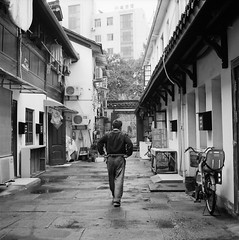 Alley in Hangzhou (6) - Good Posture (Purple Field) Tags: china street bw 120 6x6 tlr film monochrome bicycle analog rolleiflex zeiss walking square t alley iso400 delta 400 carl hangzhou medium 中国 散歩 ilford 二眼レフ 杭州 zhejiang 自転車 路地 f35 75mm モノクロ 白黒 tessar 銀塩 ストリート フィルム デルタ 浙江省 正方形 アナログ ローライフレックス 中判 canoscan8800f テッサー stphotographia イルフォード カール・ツァイス