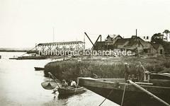 X_03503_79 Werftanlage am Reiherstieg in Hamburg Steinwerder - im Vordergrund der Bug eines Lastkahns und ein Fischer im Ruderboot. (christoph_bellin) Tags: fotos hamburger hafen bilder entwicklung geschichte alte werft historische fotoarchiv bootsbau schiffswerft werftarbeiter