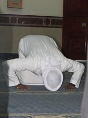 Een moslim aan het bidden (MTTAdventures) Tags: dubai interieur mosque jumeirah gebed moslims