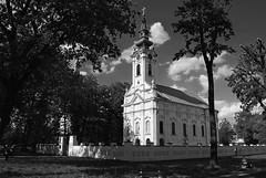 Srpska Pravoslavna Crkva, Alibunar (Sareni) Tags: park trees light sky blackandwhite bw tree church grass clouds spring shadows branches serbia center april orthodox citypark crkva vojvodina twop srbija nebo banat orthodoxchurch 2016 drvo trava prolece svetlost centar oblaci granje gradskipark klupa drvece senke pravoslavnacrkva alibunar crnobela juznibanat sareni