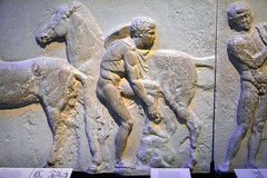 England 2016  British Museum  Adjusting an invisible shoe (Michiel2005) Tags: uk greatbritain england horse man london museum greek unitedkingdom britain marbles marble elgin britishmuseum engeland londen paard jongen beeldhouwwerk vk grootbrittanni verenigdkoninkrijk