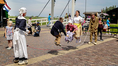 Levitation Day (Emil de Jong - Kijklens) Tags: zaanseschans theater street artists artist child play kind kinderen kinderspel touwtje springen jump holland hollands dutch zaandijk klederdracht childsplay spel outdoor theatermijn doubledutch