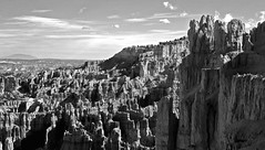The setting sun (SCFiasco) Tags: america usa bw bryce nationalpark nps nationalparkservice brycenationalpark hoodoo sunset scfiasco siasoco edsiasoco blackandwhite monochrome outdoor sky vista panorama wallstreet wall mountain rock rockformation errosion erode cloud 100v10f